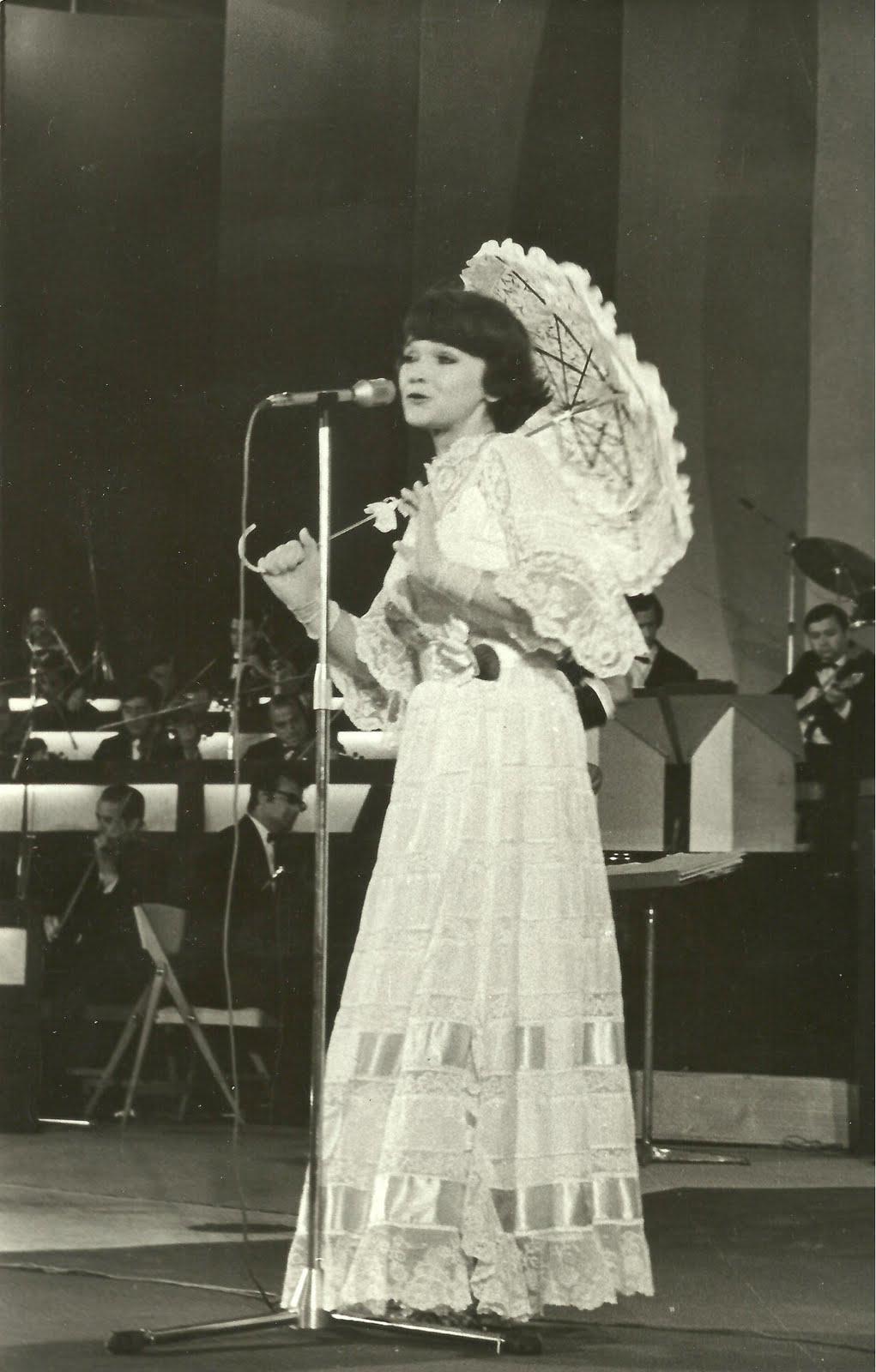MargaretaPaslaru la Festivalul Mamaia cu umbreluta 1976