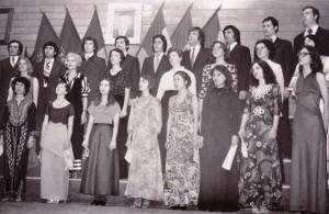 Angela Ciochină (a treia din dreapta pe rândul din mijloc) şi Mihaela Runceanu (a doua din dreapta pe rândul din faţă) in 1978, la absolvirea Conservatorului . Arhivă familia Runceanu.