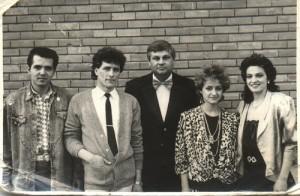 Trupa de aur a Teatrului Alexandru Davila din Pitesti in 1989. De la atanga la dreapta: Daniel Iordachioae, Florin Apostol, compozitorul Dumitru Lupu, Otilia Radulescu, Ileana Sipoteanu